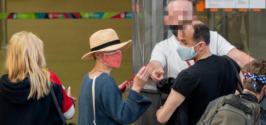 Monika Richardson przyłapana na lotnisku z nowym ukochanym. Nie będą to jednak romantyczne wakacje we dwoje