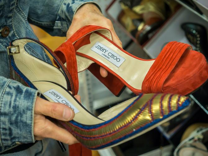 Priča iz komšiluka: Došla je na kasu sa cipelama od 200 EVRA. Šok je usledio kada je otkrila ko joj PLAĆA obuću