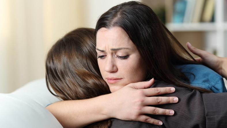 Kobieta pociesza przyjaciółkę. Pomoc. Wsparcie