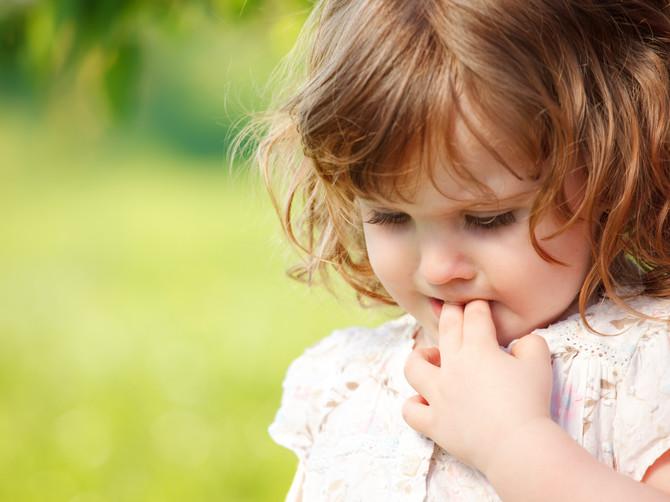 Sisa palac i gricka usne? Šta stoji iza ovih detetovih navika i treba li da se ZABRINETE?