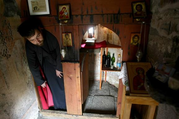 Sveštenik Dalibor Lazić otvara crkvu na Ognjenu Mariju i na Uskrs