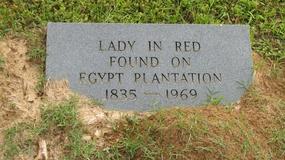 """Na plantacji wykopano przeszkloną trumnę. W środku znaleziono """"kobietę w czerwieni"""""""