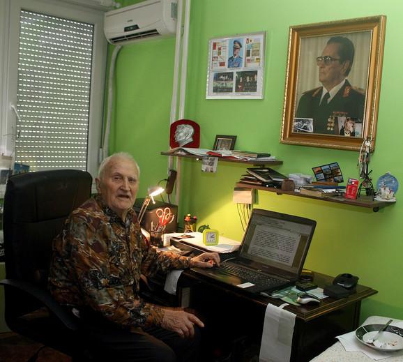 I danas je uz Tita, okružen njegovim fotografijama i raznim drugim uspomenama iz tri i po decenije službe predsedniku