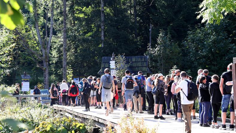 Kolejka oczekujących do punktu sprzedaży biletów wstępu do Tatrzańskiego Parku Narodowego w Kuźnicach