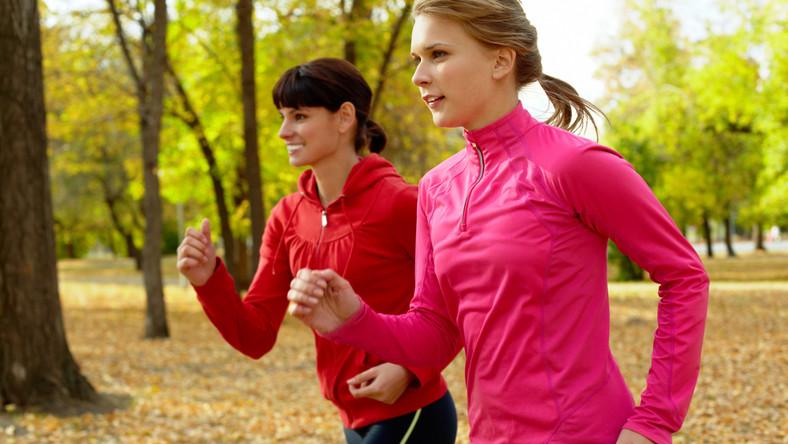 Szybki bieg (kilometr pokonany w mniej więcej pięć minut) to wysiłek kosztujący nas około tysiąca kalorii na godzinę