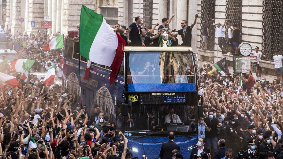 Włoscy kibice na ulicach Rzymu wraz z piłkarzami świętują zwycięstwo w Euro 2020