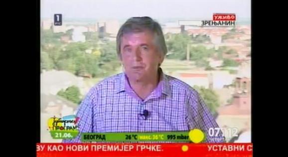 Nikola Božović, obasjan svetlom od eksplozije reflektora u studiju u Zrenjaninu...