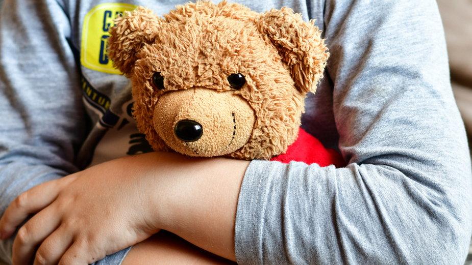 Przytulanie misia pomaga dzieciom poczuć się komfortowo i bezpiecznie