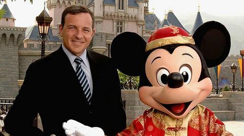 CEO Disneya Bob Iger wraz z Myszką Miki