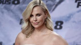 """Charlize Theron cała na biało na premierze """"Szybkich i wściekłych"""". Jak wyglądała?"""