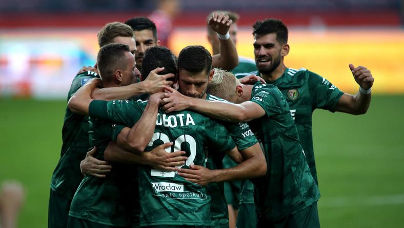 Piłkarze Śląska Wrocław cieszą się z gola podczas meczu Ekstraklasy z Wisłą Kraków