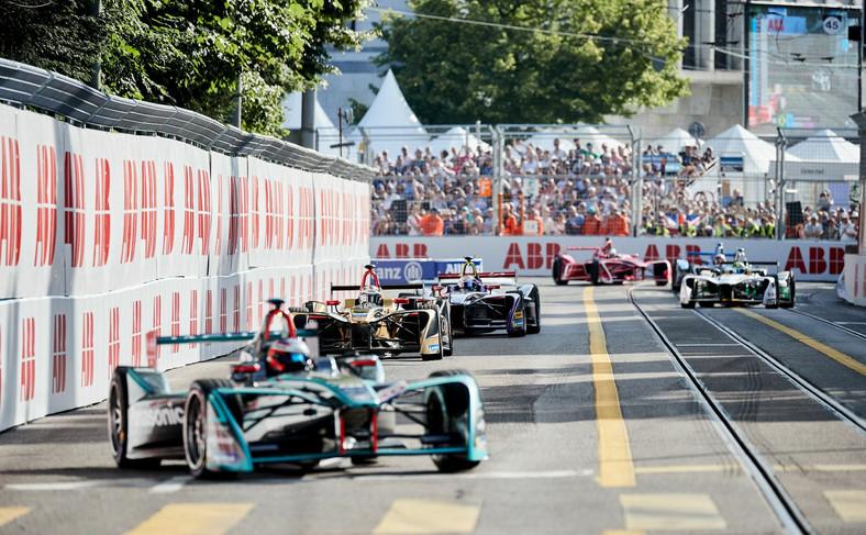 Elektryczne bolidy potrzebują zaledwie 0,4 sekundy więcej niż maszyny z F1, aby przyspieszyć od 0 do 100 km/h