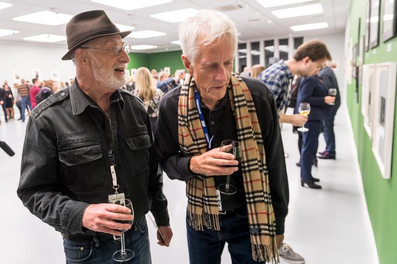 """Operator filmowy Stephen Goldblatt oraz reżyser Michael Apted na otwarciu wystawy """"In stream of time"""""""