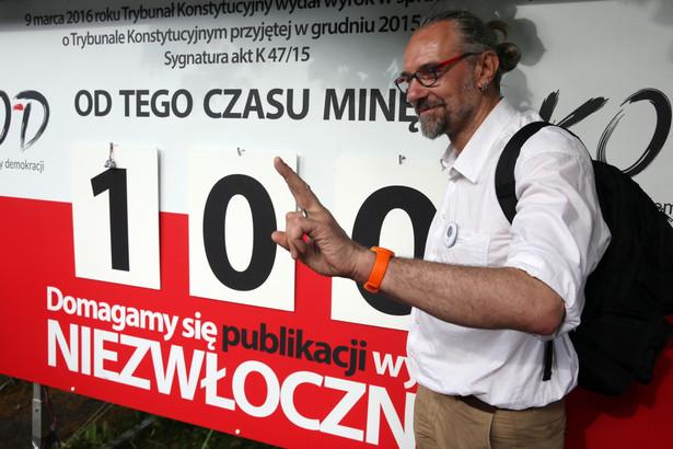 """Lider KOD Mateusz Kijowski, podczas konferencji prasowej """"Studniówka KOD pod licznikiem"""", PAP/Tomasz Gzell"""