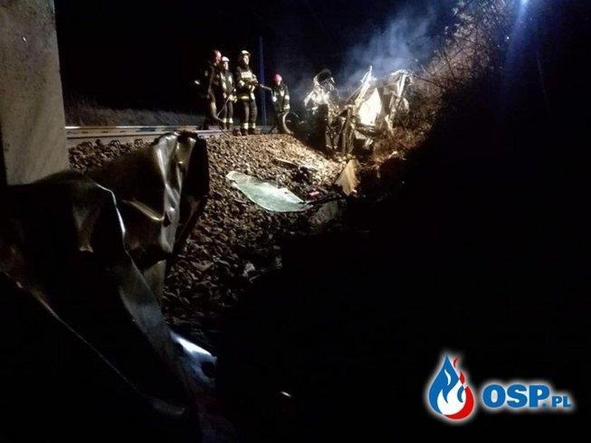 Samochód zderzył się z pociągiem.