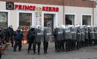 Policja: Chcieliśmy pokojowo zabezpieczyć manifestację w Ełku. Chuligani wykorzystali tragedię