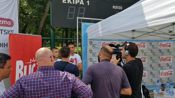 Dejan Joveljić i Vujadin Savić daju izjave ispred štanda