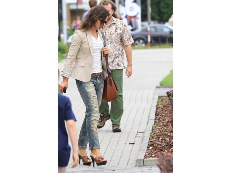 Poszarpane dżinsy i wysokie klapki - w takiej stylizacji pojawiła się ostatnio Kinga Rusin.