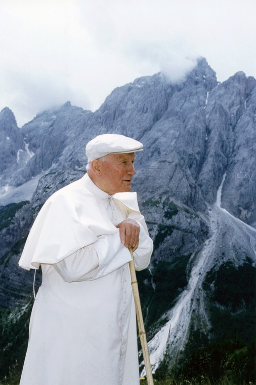 Lipiec 1995, Jego Świątobliwość Papież Jan Pawłeł II podziwia panoramę Alp w czasie wakacji w Les Combes, Włochy