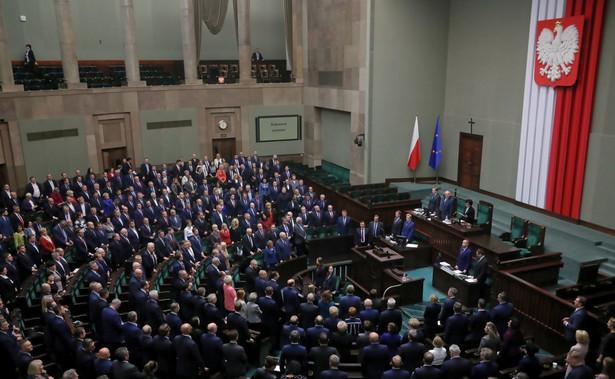 Sejm nie poparł wniosku opozycji o odrzucenie w pierwszym czytaniu projektu PiS w sprawie finansowania tzw. trzynastych emerytur z Funduszu Solidarnościowego. W nocy z wtorku na środę projekt skierowano do dalszych prac w Komisji Finansów Publicznych.