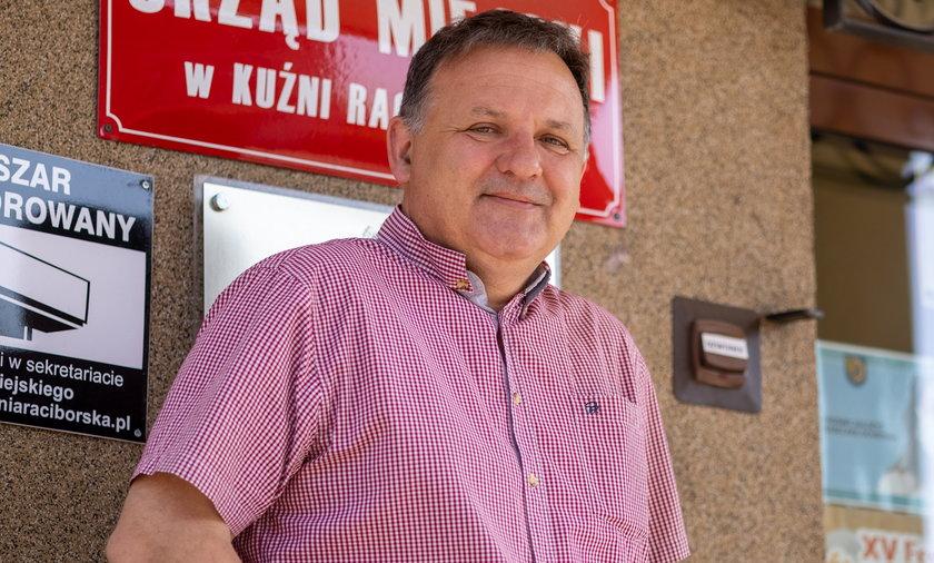 Paweł Macha (55l.) burmistrz Kuźni Raciborskiej daje 200 zł mieszkańcom za zaszczepienie się przeciwko COVID-19.