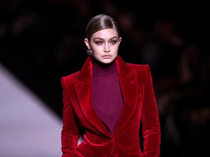Ovo odelo je pre 23 godine ODUŠEVILO MODNI SVET, a sada se opet nosi! Tom Ford otvorio Nedelju mode u Njujorku VELIKIM PRASKOM