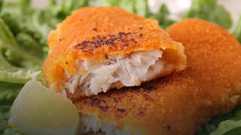 Panierowanie ryb w bułce tartej lub mące, a następnie jej smażenie w oleju niszczy kwasy omega-3