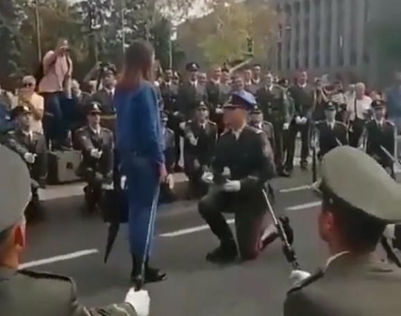 Kad je vojnik kleknuo, sve je bilo jasno...