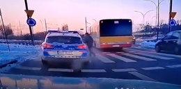 Policyjny radiowóz potrącił pieszego na pasach. Konsekwencje? Zaskakujące