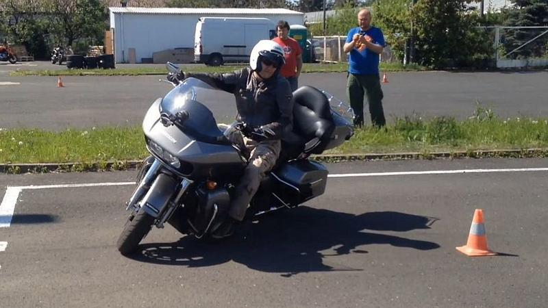 Harley-Davidson Road Glide Ultra w manewrach egzaminacyjnych