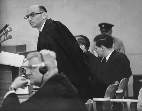 Gidon Hausner (stoi) – główny oskarżyciel, na pierwszym planie Robert Servatius, obrońca Adolfa Eichmanna