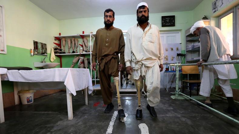 Choć od zakończenia wojny sowiecko-afgańskiej minęło 28 lat, kraj jest wciąż usiany minami. Suchy klimat sprawia, że ładunki wybuchowe zachowują sprawność, ciągle zabijają i kaleczą swoje ofiary, a co najgorsze - po ostatniej wojnie i inwazji sił NATO min w Afganistanie tylko przybyło. Mała fabryka protez i centrum medyczne w prowincji Herat nie nadąża z produkcją sztucznych nóg i rąk, które dają ofiarom zapomnianych min chociaż namiastkę pełnosprawnego życia...