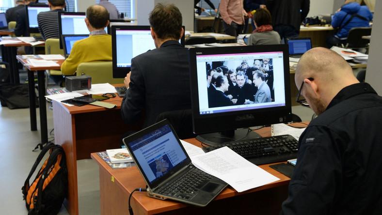 Dziennikarze i historycy w czytelni IPN