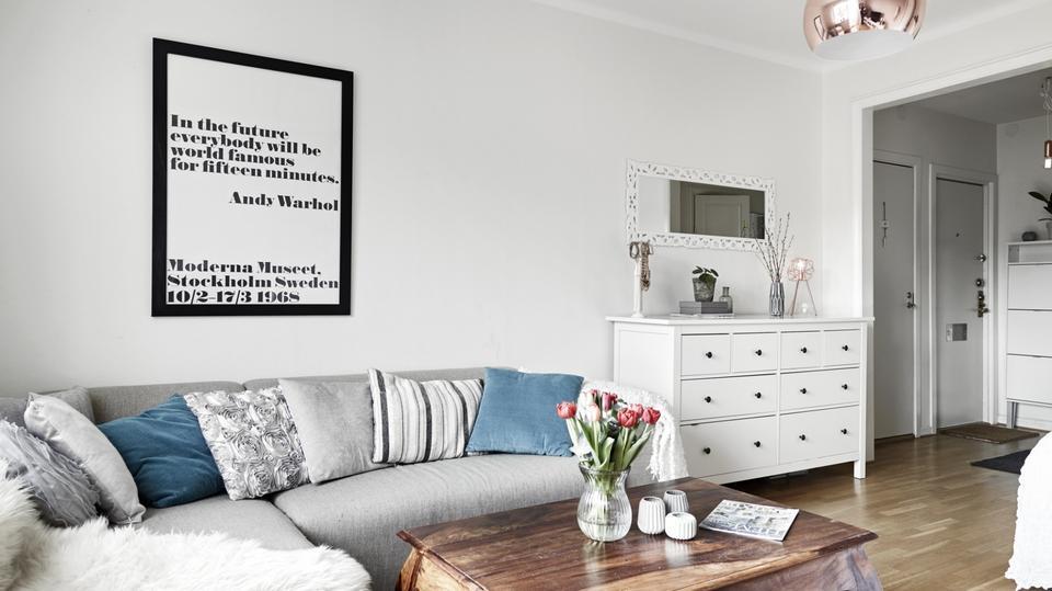 Małe mieszkanie w szarościach i bieli. Zobacz, jak pięknie można urządzić 35 metrów!