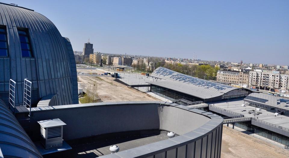 Już dziś na terenie Nowego Centrum Łodzi stoi zrewitalizowany budynek EC1, dawna elektrociepłownia. Z jego dachu najlepiej widać ogrom nowego kompleksu urbanistycznego.