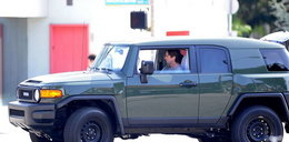 Filmowy aktor i jego wypasione auto. Fajne?