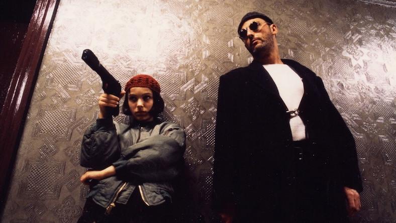 Młoda Natalie Portman w roli dwunastoletniej Matyldy, która chce zemścić się na mordercach swojego brata. Wynajmuje do tego płatnego mordercę, Leona (Jean Reno), który – tak się akurat składa – jest jej sąsiadem. Matylda i Leon to jedna z najbardziej niezwykłych, a zarazem magnetycznych par w kinie lat 90. Świetny debiut Portman