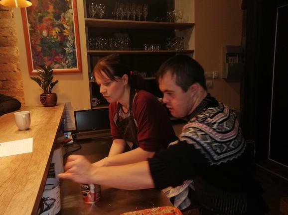 Rade i kao konobari, i kao šankeri, i kao pomoćni radnici u kuhinji, pa i kao muzičari