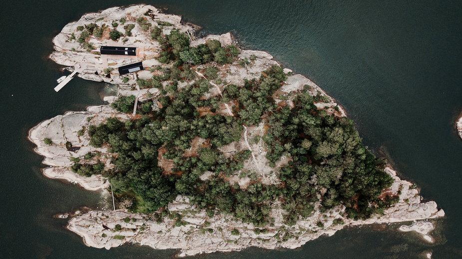 Jest jak w raju? Dwa drewniane domki na maleńkiej wyspie na Bałtyku
