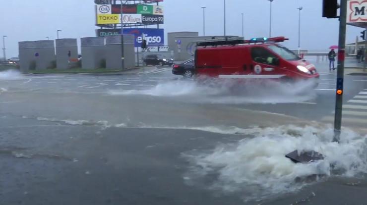 NEVRIJEME U HRVATSKOJ: Voda prodrla u autobuse u Rijeci, 'gejziri' po ulicama, poplavljen stadion!