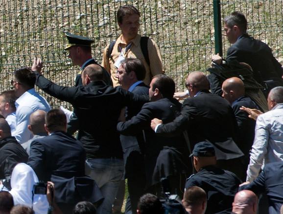 Aleksandar Vučić bez naočara koje su mu polomljene u napadu