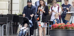 Liroy z seksowną żoną i dziećmi na spacerze