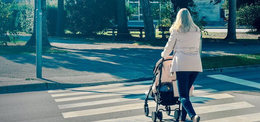Zdążyła tylko odepchnąć wózek z dzieckiem. Sama nie uskoczyła przed autem. Młoda kobieta straciła nienarodzone maleństwo