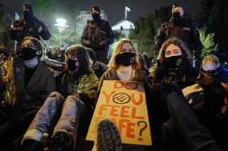 Pod Sejmem protestowano przeciw wypowiedzeniu konwencji stambulskiej