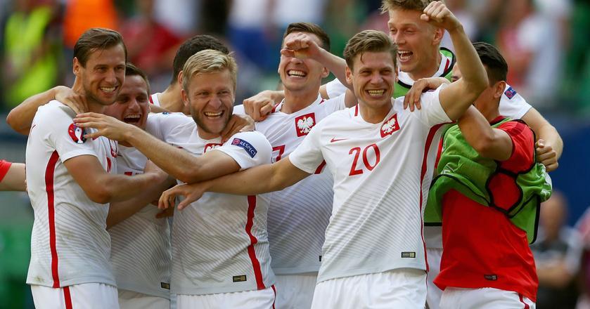 Piłkarze polskiej reprezentacji po wygranym meczu ze Szwajcarią na Euro 2016