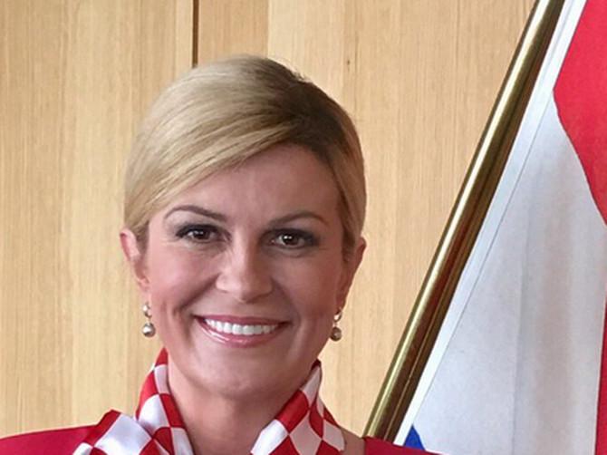 """""""Izgleda kao neka bizarna stjuardesa"""": Kolinda iz Brisela OVAKVOM ODEĆOM bodri fudbalere, a Tviteraši su ZAPANJENI"""