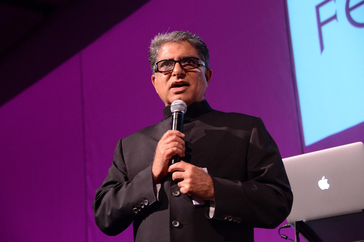 Dr Deepak Chopra jest endokrynologiem i specjalistą ds. metabolizmu