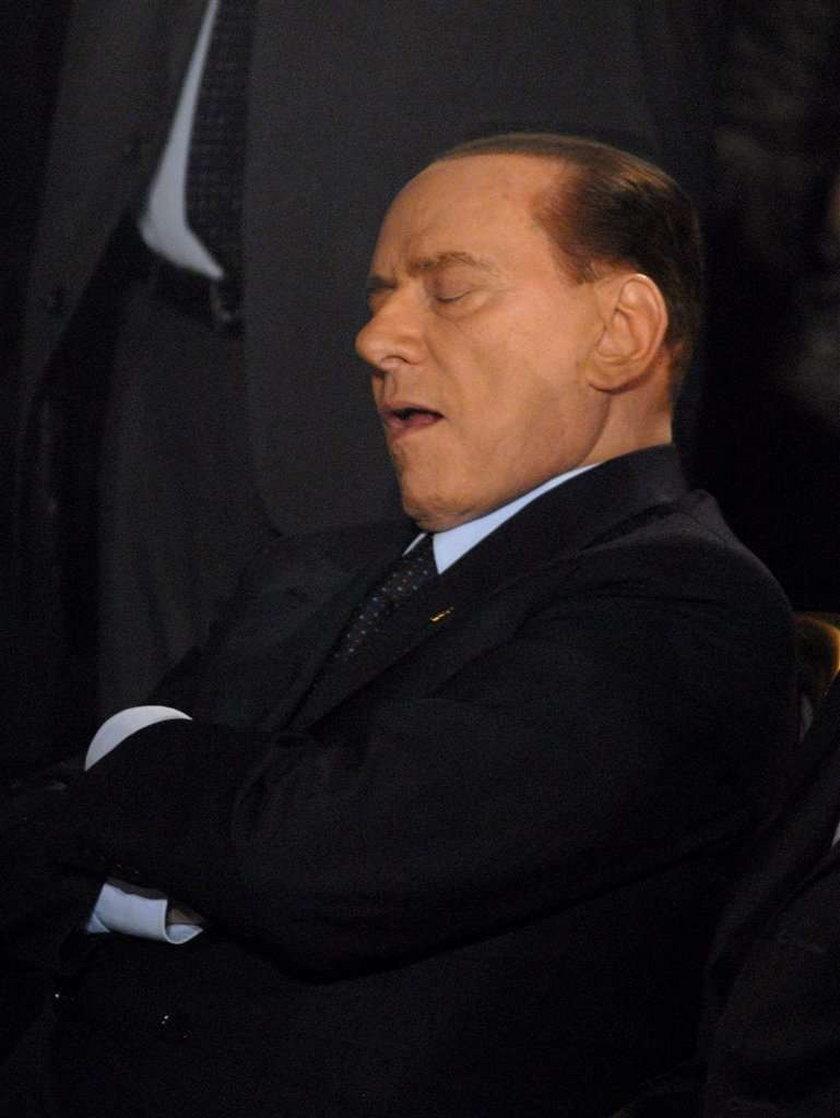 Ale wstyd! Belrusconi śpi na opłatku