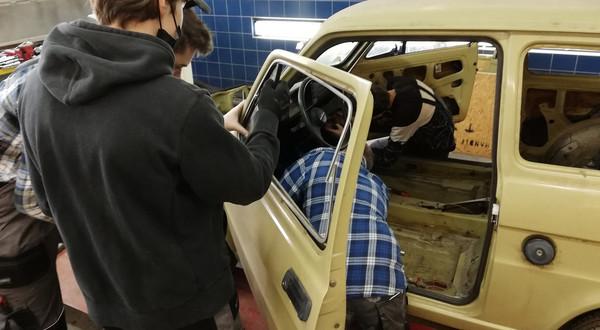 """Uczniowie Zespół Szkół Technicznych w Mikołowie odremontują """"Malucha"""" Arkadego Fiedlera"""
