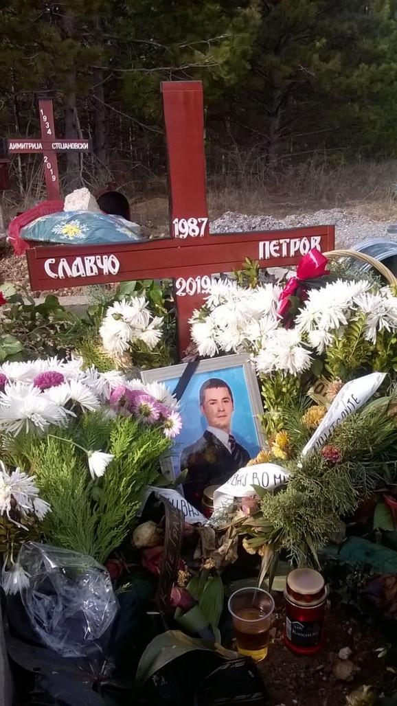 Biljana na grobu svoga brata Slavča Petrova u Makedoniji